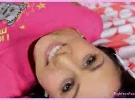 في سن المراهقة مع الشعر الوردي يعطي الرأس.