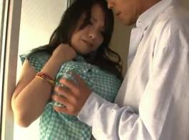 نزلت امرأة شقراء حسي في لباس الأزهار وقذرة مع موظف زوجها.