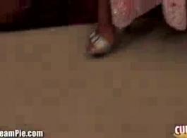 امرأة مفلس تحصل مارس الجنس كس على ركبتيها وخبطت بأسلوب هزلي في السرير