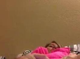 صديقة تلعب مع كس تحت المرآة!