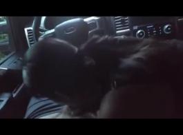 امرأة سمراء مفلس في ممارسة الجنس المحفوفة بالمخاطر مع كتي وسائق سيارة أجرة مزيف
