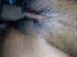 تنزلق العاهرة الجميلة أبيجيل ماك ذات الشعر الداكن وهي تنقع في صدع مبلل وتلتقطه
