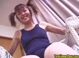 فتاة يابانية صغيرة خجولة ذات أظافر طويلة بالإصبع