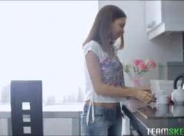 الشباب الروسي في سن المراهقة يعطي أفضل اللسان ويحصل على الوجه