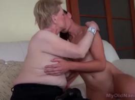 تتمتع قرنية في سن المراهقة بممارسة الجنس من الحمار إلى الفم مع الرجل الصغير الفنلندي