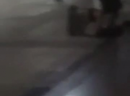 حارس الأمن لينا سكاي يلعب مع الجنود ديك في المتجر