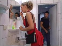في سن المراهقة المرحاض استغل من قبل زميلتها في الفريق