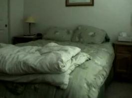وقحة زوجة سخيف على كاميرا ويب. زوجة الهواة الساخنة المتشددين الجنس بين الأعراق بين الزوج والزوجة بينما الزوج وراء مشاهدة التلفزيون