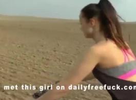 الفتيات يركبن سيارتي مع قضيب جلدي واحد.