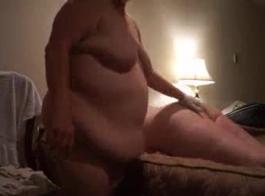 يحصل بعل على الديك امتص من قبل زوجته الساخنة زوجته لديها بطن فقاعة لطيفة