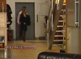 تقوم كاتي وسارة بعمل فيديو خاص للناضجة على كاميرا الويب