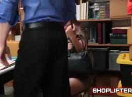 سارق مراهق لطيف يمارس الجنس مع حارس الأمن بعد أن أطلق مرافقته سراحها في الفصل الدراسي