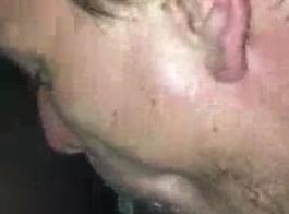رجل طرفة عين يتعرض للخبط من قبل ضابط