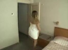 عذراء سيئة شقراء في تنورة لاتينا ضيقة دفع الديك في بوسها وابتلاع ضخمة بيضاء واحدة