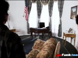 تلميذة المشاغب هي ممارسة الجنس عارضة مع رجل أسود، بينما أمام معلمها