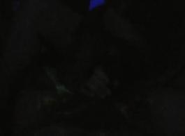زوجة قرنية مارس الجنس مع أربعة ديكس في موقف أسلوب هزلي على طاولة التدليك لها