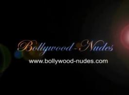 فاتنة الهندي في زي الحرير هو الحصول مارس الجنس في الحمار، من الظهر