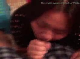 الفرخ الآسيوي مفلس في سراويل الوردي يلعب مع البظر لها أثناء الحصول على مارس الجنس في سرير ضخم.
