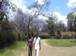 جنوب أفريقيا بونيلاند. هي تلعب مع الموز