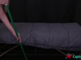ديلا موكا، امرأة سمراء الهواة تهتز كس ضيق في السرير