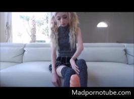 فتاة في سن المراهقة الهواة توضح جسدها