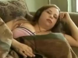 فاتنة قرنية مع الثدي مذهلة الملاعين ويحصل على الوجه