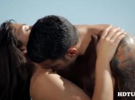 مثليات المظهر العظيم يصنع الحب في غرفة النوم بدلا من الاستعداد للذهاب إلى العمل.