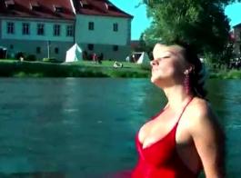 يحاول شقراء وامرأة سمراء عدم أن يئن بصوت عال للغاية أثناء ممارسة الجنس، في حوض الاستحمام.