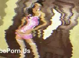 شقراء في الوردي والسراويل اللاسية والتوبكنوتات خلع حمالة صدرها الأزرق وينتشر ساقيها واسعة.