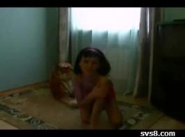 فتاة في سن المراهقة تلعب مثل مهبل مثير.