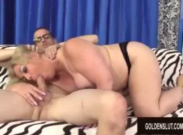 شقراء ناضجة في كيمونو تحصل مارس الجنس في سريرها، خلال النهار.