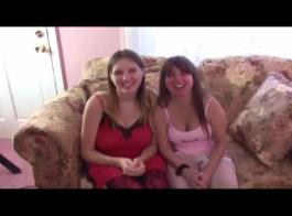 مثليات ناضجة، مارلين وراشيل تعق بوس بعضهم البعض طوال اليوم.