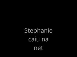 ستيفاني الحب تفعيل إصبعها الدائري.