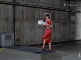 امرأة ذات شعر أحمر في الكعب العالي هو سخيف رجل في الحمام ويئر أثناء كومينغ.