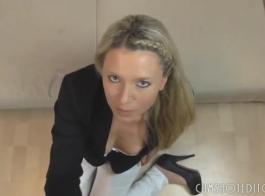 فاتنة شقراء طازجة مع ثدي صغير يمكن الحصول على كرات مارس الجنس عميقا، في غرفة فندق.
