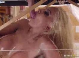 شقراء جبهة مورو نيكول أنيستون يحصل مهبل لها.