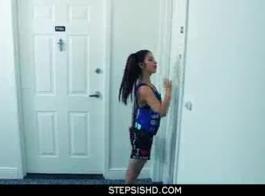 امرأة سمراء بتهنفي هي الحصول على قرنية سوبر في الصباح الباكر واليأس للحصول على بوسها يمسح